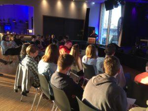 Junge Leute diskutieren mit Parteienvertretern im JAM